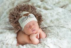 Малыш спит в смешной шапке