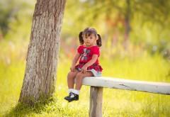 Маленькая девочка сидит на лавочке обои