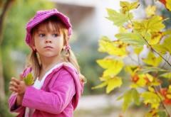 Обои девочки в розовой одежде на улице