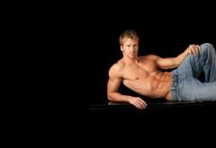 Обои красивого накаченного парня в джинсах