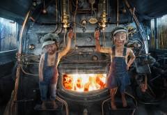 Маленькие девочки дети кочегары на паровозе