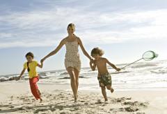 Счастливая семья мама и дети на пляже обои