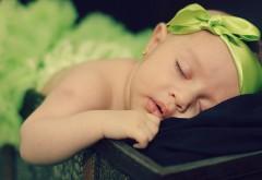 Малышка с бантиком уснула, обои милых детей