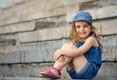Улыбающаяся девочка на ступеньках обои скачать