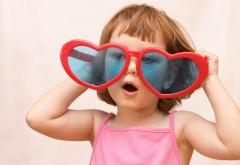 Смешная девочка в очках в виде сердечек