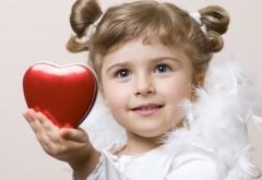 Маленькая девочка ангел с сердечком в руках обои