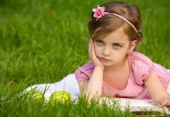 Маленькая девочка с уставшим лицом обои скачать