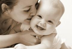 Черно белые обои ребенка с мамой скачать бесплатно