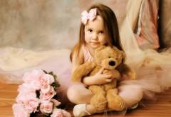Милая девочка с плюшевым медвежонком и цветами обои