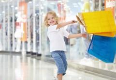 Маленькая девочка пошла по магазинам шопинг