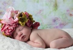 Голенький ребенок с веночком на голове спит обои