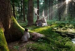 Сказочный олень с большими рогами в лесу и девочка