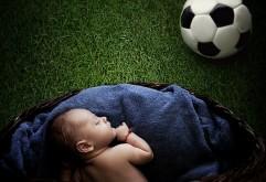 Спящий ребенок на футбольном поле обои