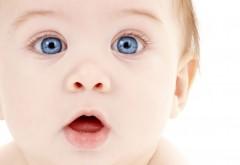 Маленький мальчик с большими глазками и открытым ртом