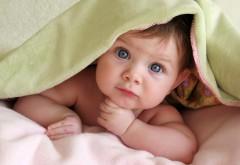 Маленький ребенок с большими голубыми глазами