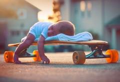 Малыш спит на скейтборде