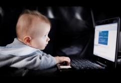Ребенок за ноутбуком обои для рабочего стола