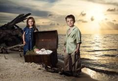 Дети на необитаемом острове на закате