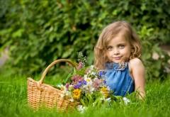 Девочка с корзинкой и большими голубыми глазами