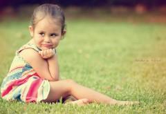 Милая девочка на поляне