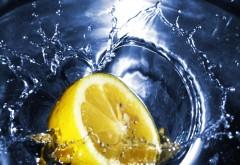 Кусок лимона падает в воду, абстрактные картинки