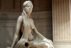 Красивая скульптура девушки с кувшином