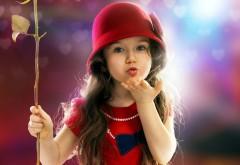Воздушный поцелуй от маленькой девочки