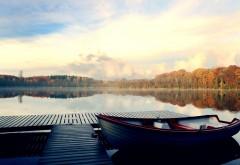 Причал на реке с лодкой