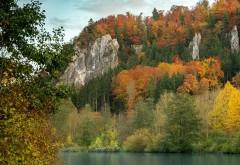 Отвесные скалы у реки
