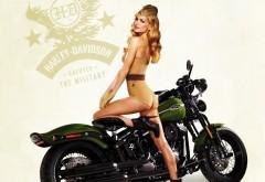 Красивая девушка в военной форме на мотоцикле