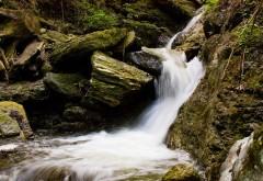 Небольшой стремительный водопад