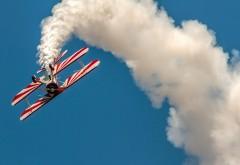 Самолет в штопоре в воздухе