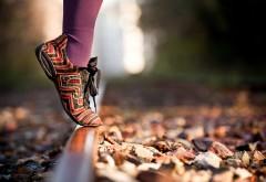 2560x1600, Девушка стоящая на носочках