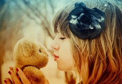 1920x1080  Маленькая девочка с плюшевым мишкой