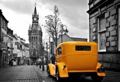 Желтый Форд Родстер в городе раритетный автомобиль