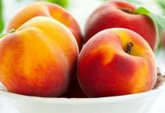 Красивые , сладкие персике на тарелке
