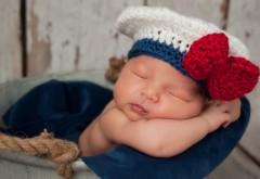Младенец с шапочкой и бантиком