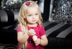 Маленькая девочка с голубыми глазами