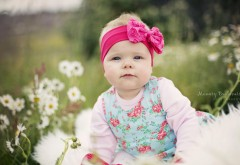 Милая девочка младенец с бантиком