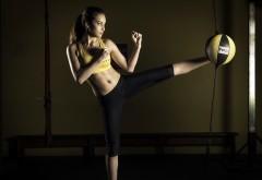 Девушка с боксерской грушей