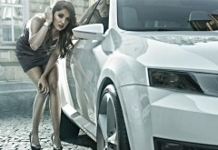 Красивая девушка смотрит в зеркало автомобиля