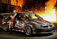 Спортивная девушка и Mitsubishi Lancer Evolution