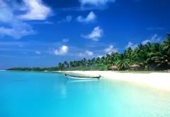 дикий пляж с лодкой на берегу