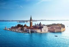 Обои с видом на город-остров посреди моря