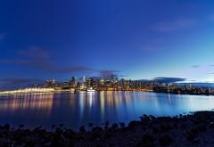 Сумеречный город на фоне синего водоема