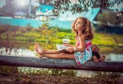 Маленькая девочка с плюшевым медвежонком у речки обои …