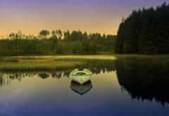 Лодка посреди лесного озера утром широкоформатные обои скачать