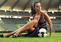 Красивая девушка с мячем на футбольном стадионе обои hd