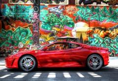 Красное Ферари возле стены с граффити обои hd