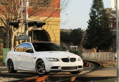 BMW M3 E92 на  железнодорожных путях обои hd